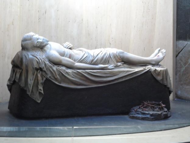 Yesus dimakamkan.(Terletak di bawah Yesus wafat di kayu salib.)