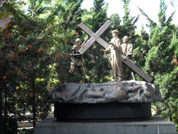 Yesus memanggul salib.