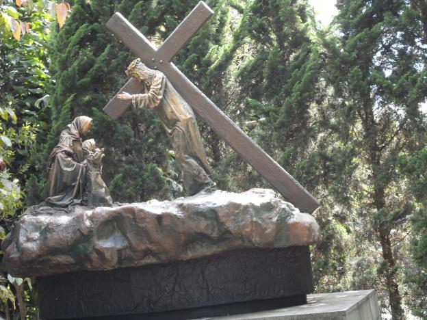 Yesus menasihati wanita-wanita Yerusalem yang menangis.