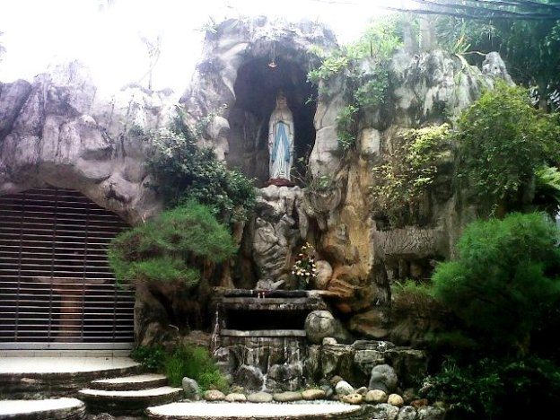 Goa Maria (lama) terletak di samping gereja Santo Andreas dan dekat dengan secretariat.