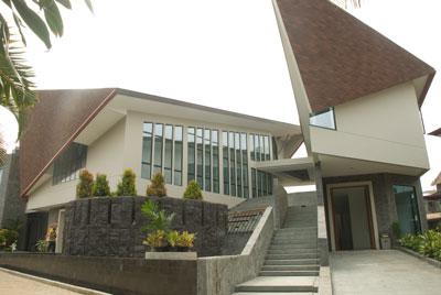 Jalan menuju Ruang Adorasi yang terletak diatas (satu arah menuju Goa Maria atau Kapel Santo Andreas).  Bisa lewat luar atau dalam.